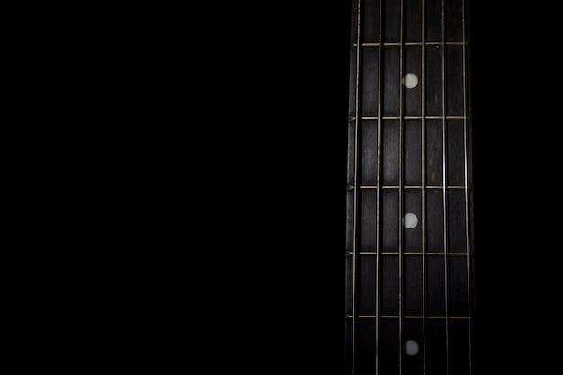Pescoço de guitarra isolado em fundo preto