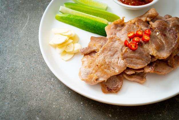Pescoço de porco grelhado fatiado no prato em estilo asiático