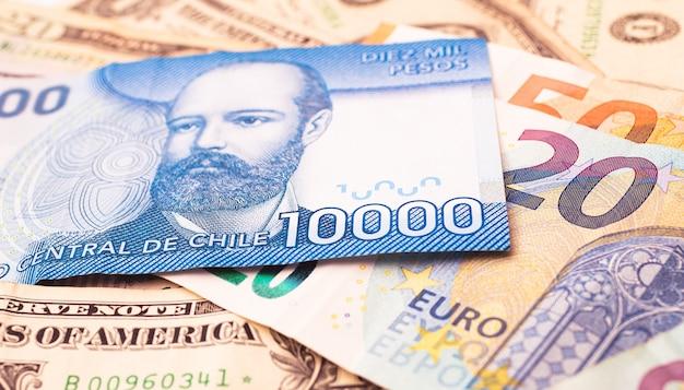 Peso chileno com dólar americano e euro para o conceito de câmbio e a economia chilena