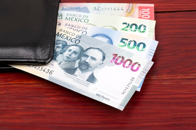 Peso mexicano na carteira preta