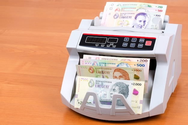 Peso uruguaio em uma máquina de contagem