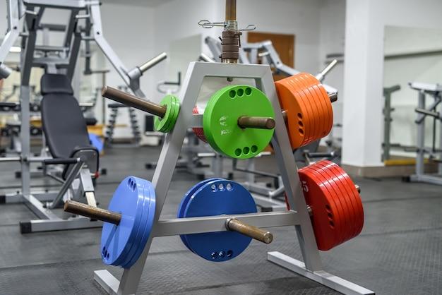 Pesos coloridos na academia para treinar com barra