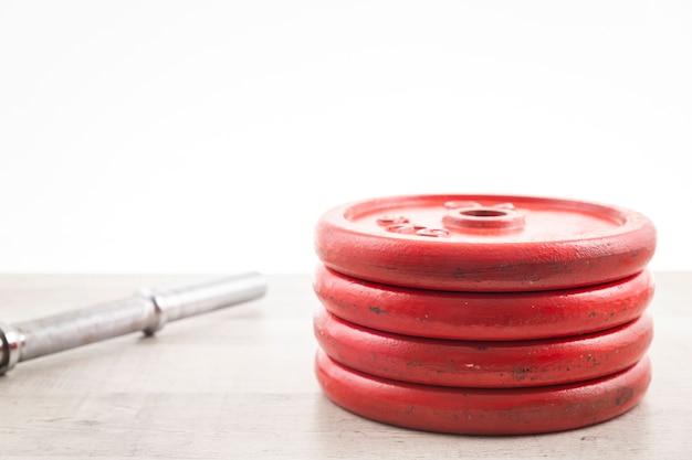 Pesos de alto ângulo na academia para treinamento