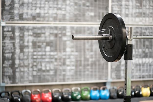 Pesos de barra e kettlebell em uma academia