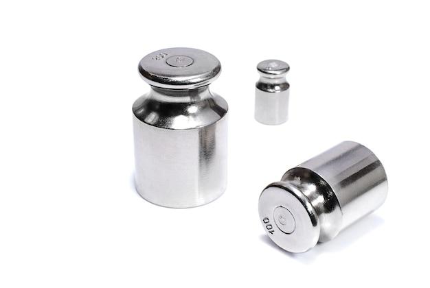Pesos de ferro para balanças isoladas em branco