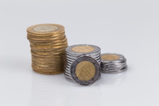 Pesos mexicanos em pilhas isoladas