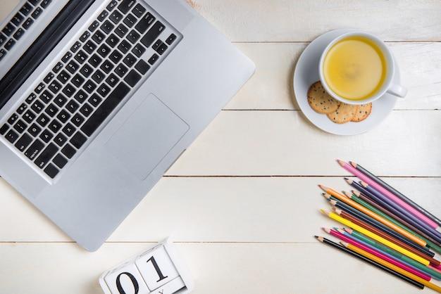 Pesquisa de computador laptop trabalhando no conceito de mesa
