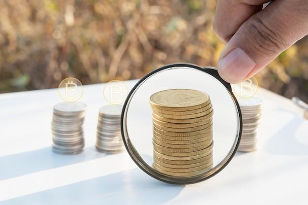 Pesquisa de lupa de investimento com empilhamento de moeda