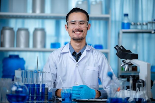 Pesquisa de tecnologia de ciência médica em laboratório químico, cientista profissional