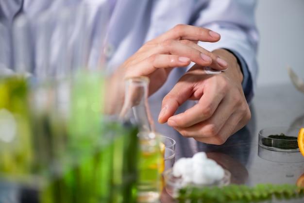 Pesquisa sobre extratos naturais em laboratórios