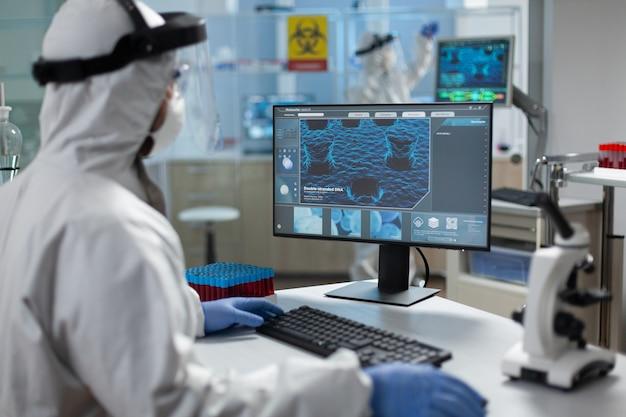 Pesquisador biólogo usando equipamento médico de proteção