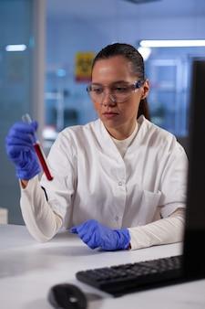 Pesquisador cientista segurando tubos de ensaio com sangue de paciente