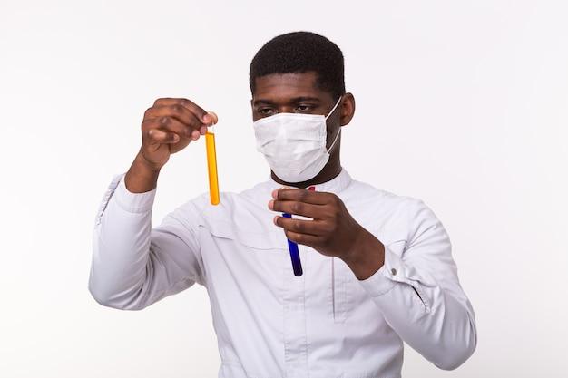 Pesquisador médico segurando o tubo de ensaio com líquido.