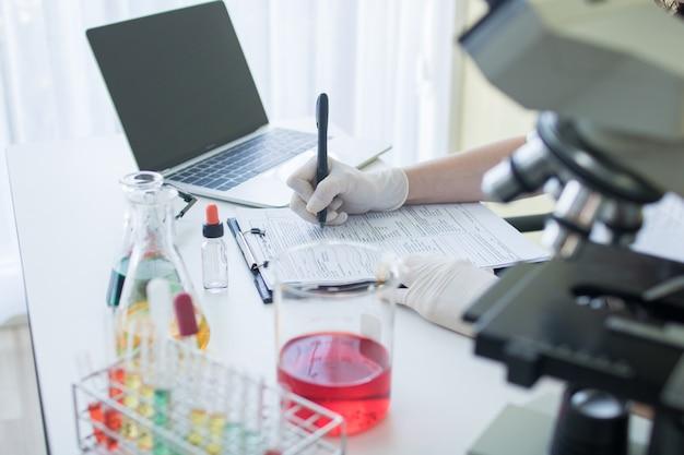 Pesquisador, ou, cientista, escrita, informação, resultado, e, nota, papel, em, laboratório ciência