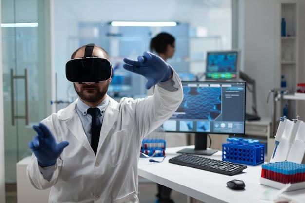 Pesquisador químico analisando desenvolvimento de doenças usando fone de ouvido de realidade virtual