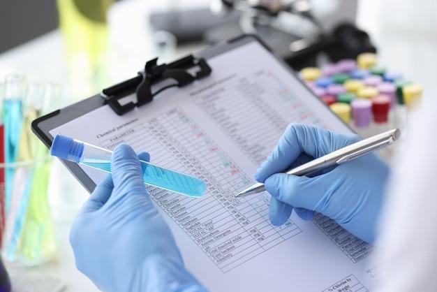 Pesquisador registra parâmetros químicos em resultados de pesquisa