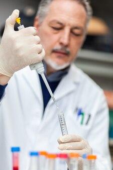 Pesquisador trabalhando em laboratório