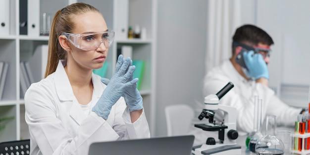 Pesquisadora no laboratório com óculos de segurança
