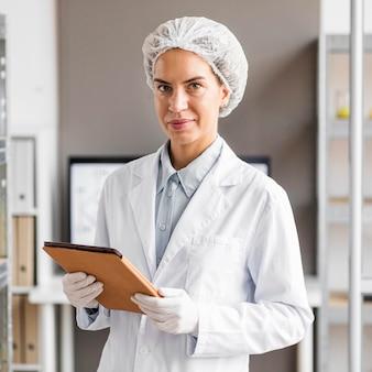 Pesquisadora no laboratório de biotecnologia com tablet