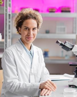 Pesquisadora sorridente em laboratório