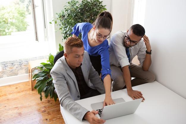 Pesquisadores de negócios que analisam o mercado juntos