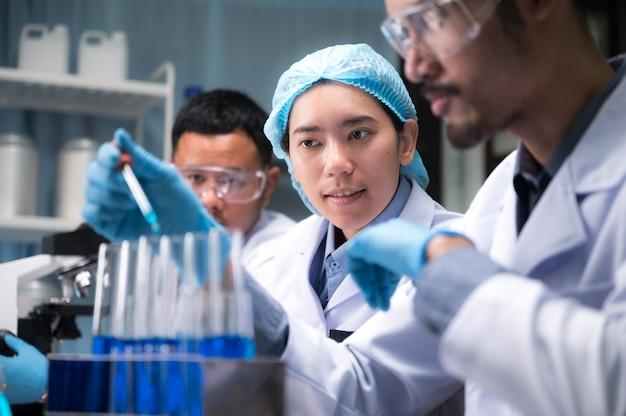 Pesquisadores de saúde que trabalham no laboratório de ciências da vida