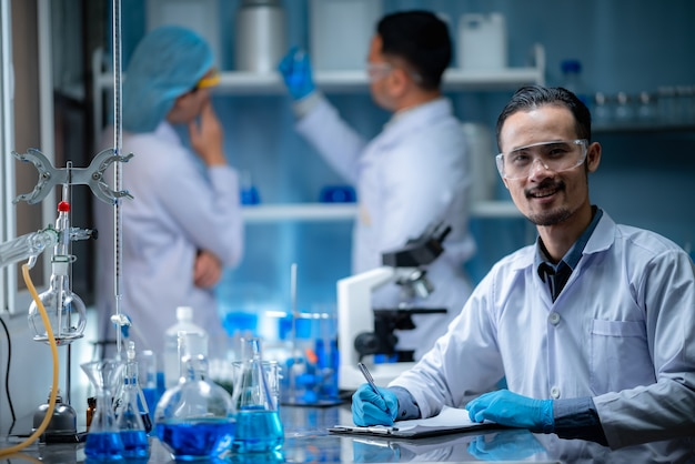 Pesquisadores de saúde trabalhando em pesquisa de tecnologia científica médica em laboratório