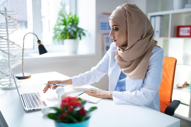 Pesquisando algumas informações. cientista química feminina pesquisando algumas informações antes de fazer a apresentação