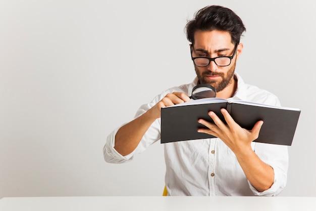 Pesquisando informações com lupa
