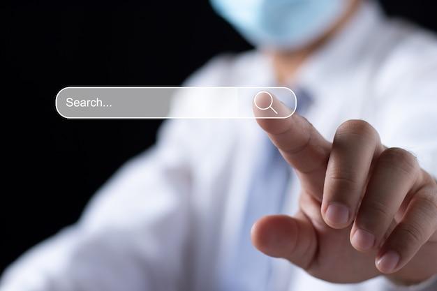 Pesquisando o conceito de rede de informações de dados de internet de pesquisa, otimização de mecanismo de pesquisa de tecnologia de pesquisa de dados, botão de pesquisa pressionando a mão masculina.