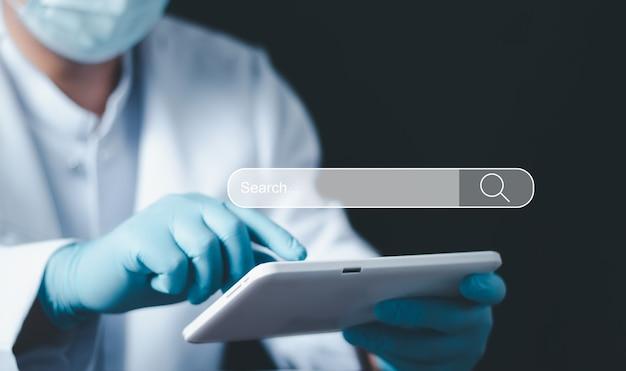Pesquisando o conceito de rede de informações de dados de internet de pesquisa, otimização de mecanismo de pesquisa de tecnologia de pesquisa de dados, botão de pesquisa pressionando a mão masculina. Foto Premium