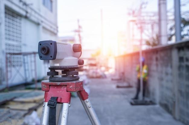 Pesquise equipamentos de níveis automáticos no canteiro de obras ao ar livre durante o trabalho de levantamento