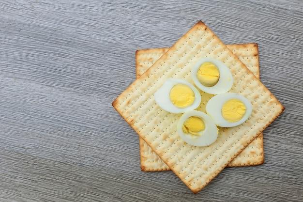 Pessach ainda-vida com e matzoh pão de páscoa judaica