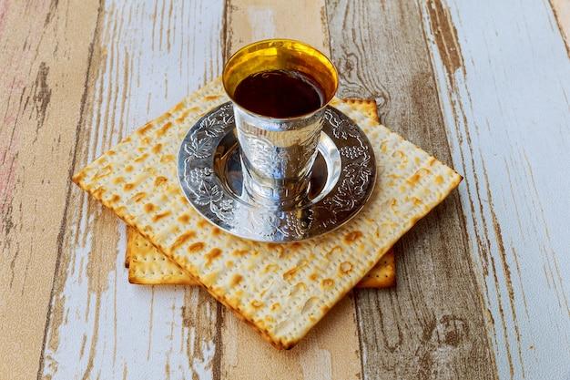 Pessach ainda-vida com vinho e matzoh pão de páscoa judaica