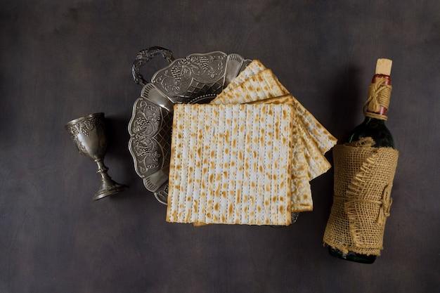 Pessach judaico atribui na composição um copo cheio de vinho e matzá pascal