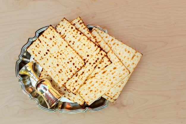Pessach matzo com vinho e matzoh pão de páscoa judaica