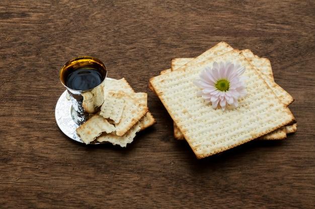 Pessach matzo passover com vinho e matzoh pão de páscoa judaica