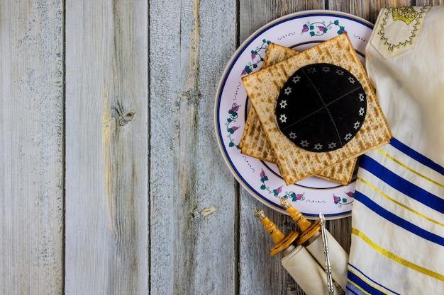 Pessach que celebra os símbolos do grande feriado da família judaica matzá tradicional, seder, kipá e talit, rolo da torá