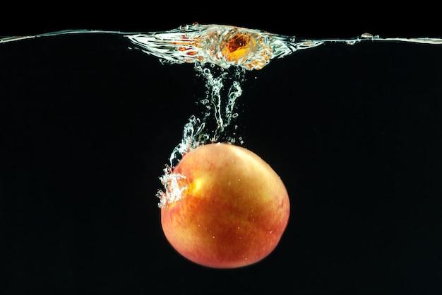 Pêssego caiu na água com bolhas