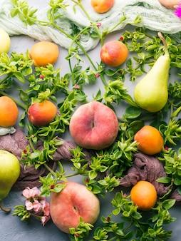 Pêssegos, damascos e peras