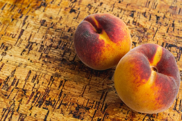 Pêssegos na mesa de madeira