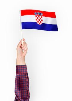 Pessoa acenando a bandeira da república da croácia