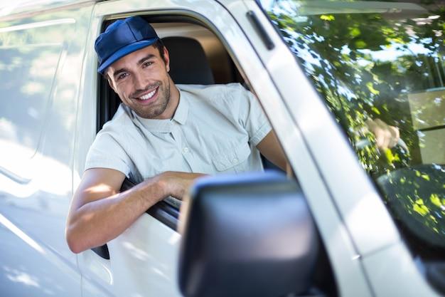 Pessoa alegre entrega sentado na van