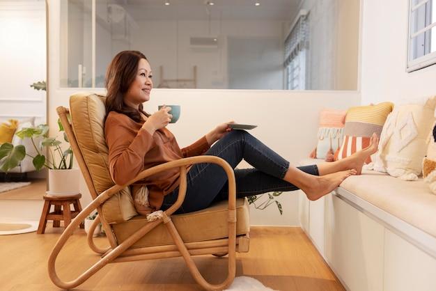 Pessoa aproveitando o tempo relaxante em casa