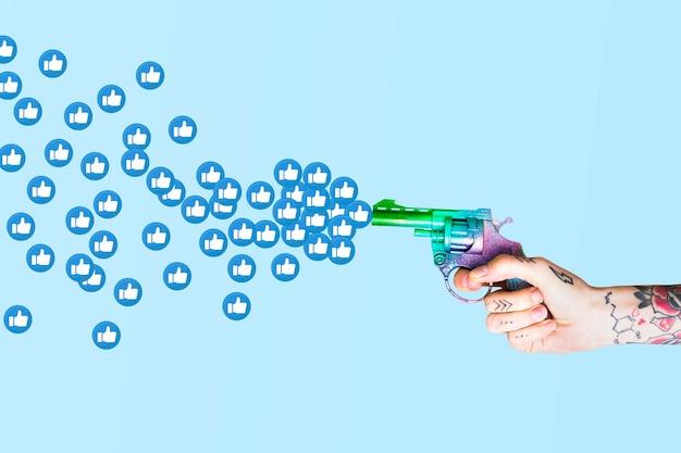 Pessoa atirando como uma arma de reação na mídia social