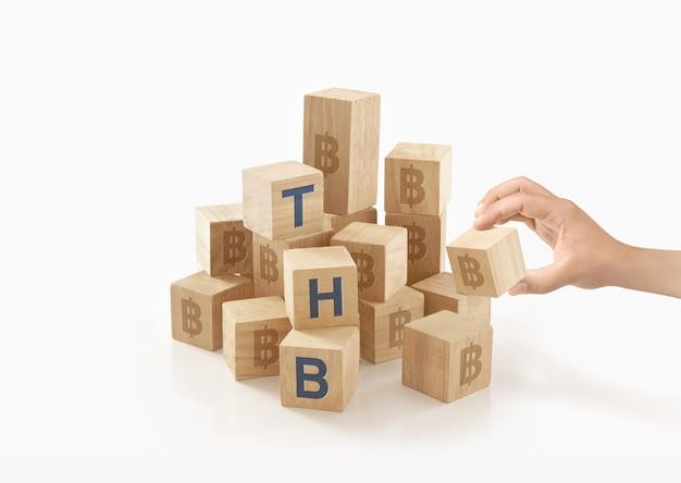 Pessoa brincando com madeira para blocos