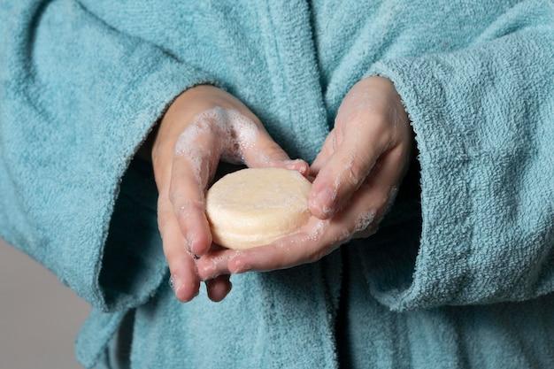Pessoa caucasiana lavando as mãos com sabonete