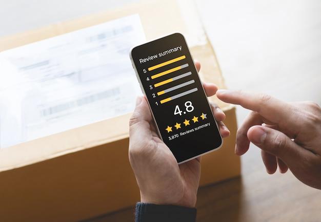 Pessoa colocando pontuação com aplicação no smartphone