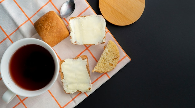 Pessoa, coloque, pedaço manteiga, ligado, um, fatia pão, e, um, xícara café, ligado, a, tabela, pequeno almoço, cookings