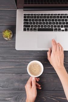 Pessoa, com, café, trabalhando, laptop